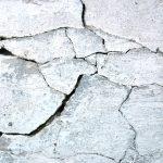 Почему трескается штукатурка и как аккуратно заделать дефект