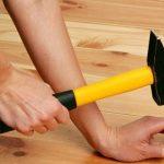 Как сделать простую приспособу чтобы никогда не попадать по пальцам, забивая гвозди