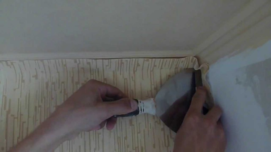 Как поклеить обои в углах, если стены неровные