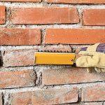 Как быстро очистить кирпичи от старого цементного раствора