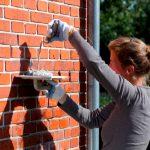 Что делать, если в стене дома появилась сквозная щель