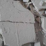 Почему отваливается чистовой слой штукатурки со стен