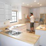 Что нужно делать вперед: установка гарнитура или укладка кухонного фартука