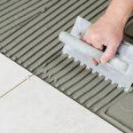 Почему для надежной укладки плитки без шпателя-гребенки не обойтись