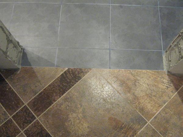 Как правильно стыковать плитку разной толщины