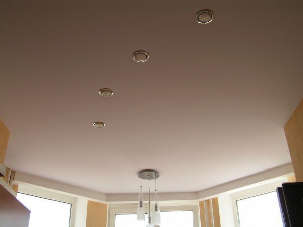 Что делать, если от натяжных потолков исходит резкий запах, который не пропадает