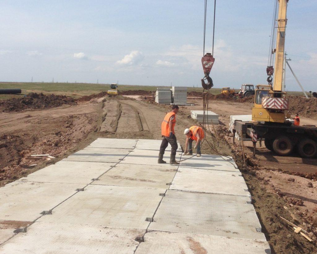 Сооружение дорожного покрытия с помощью железобетонных плит