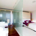5 необычных решений использования стеклянных элементов в интерьере
