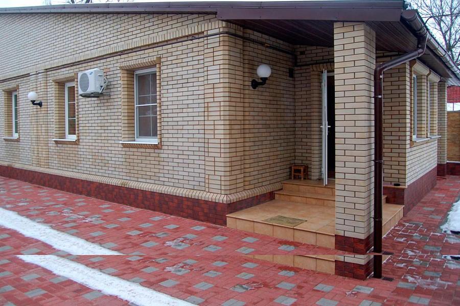 Частный дом с кирпичной облицовкой