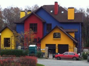 Дом с фасадом красного, синего, желтого цветов