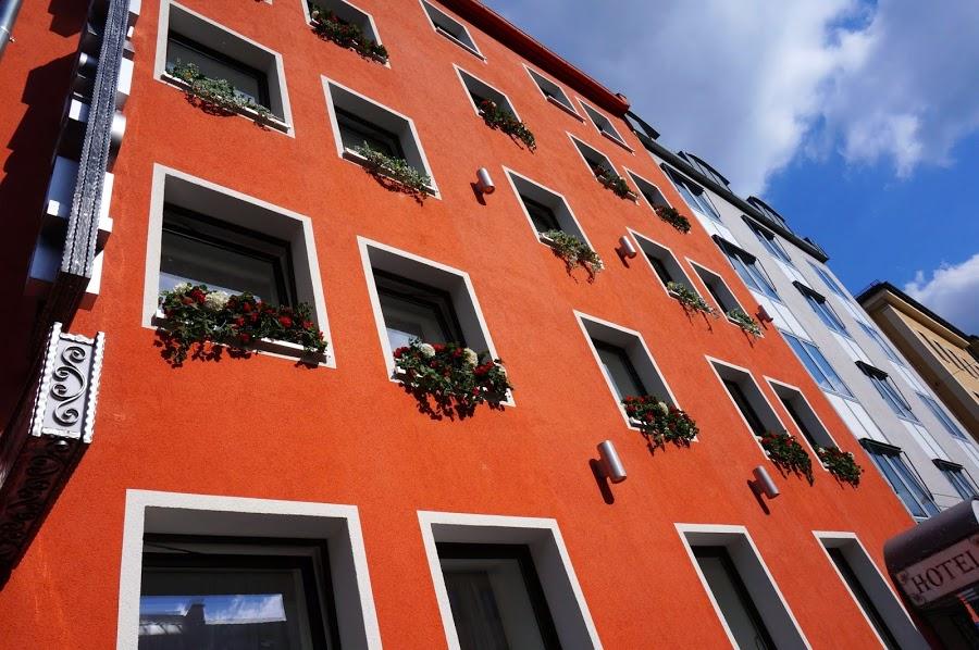 Довольно симпатично выглядят фасады зданий, окрашенные в броские цвета