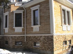 Фасад частного дома из искусственного камня