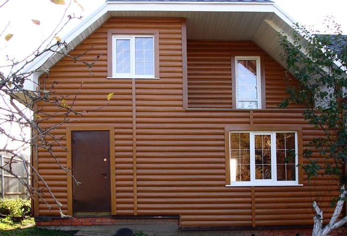 Фасад дома, обшитый виниловым блок хаусом