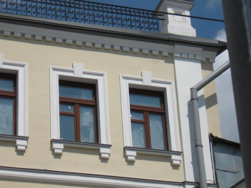 Фасад украшен декоративным оформлением карнизных столбиков