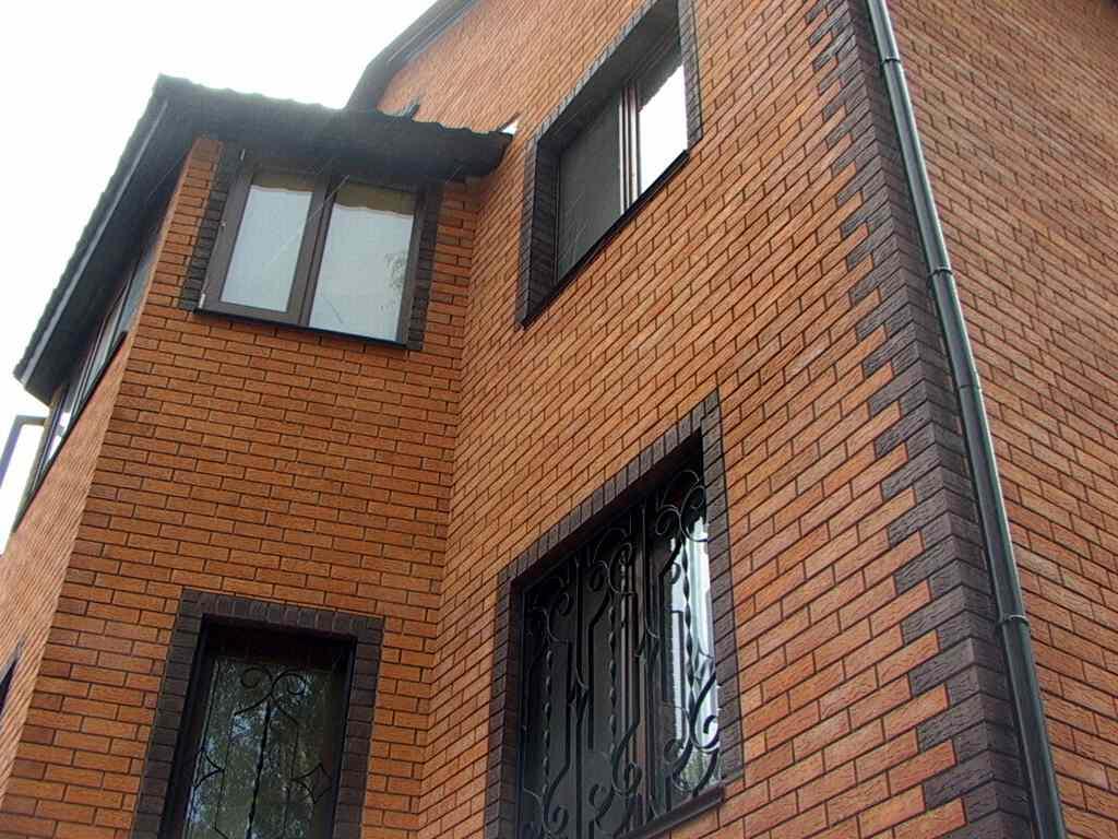 Фасадный облицовочный кирпич преображает здание и делает его похожим на замок