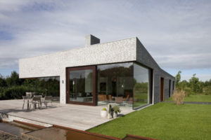 Фото дома со стеклянным фасадом и модным интерьером