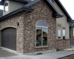 Фото домов с отделкой искусственным камнем