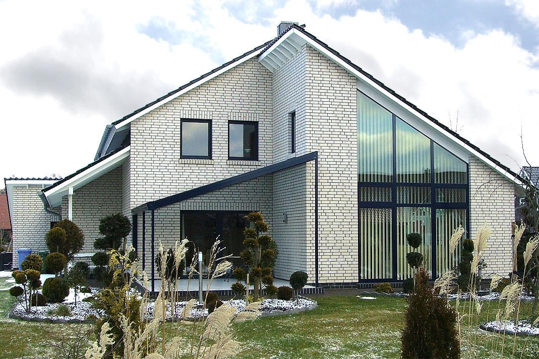 Красивый кирпичный фасад белого цвета
