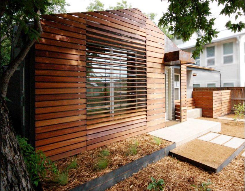 Небольшой частный дом обшит деревянными панелями