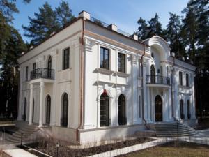 Облицовка низа фасада известняком