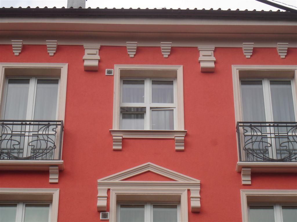 Окрашенный фасад высотного здания
