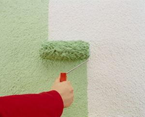 Использование валика для покраски фасада