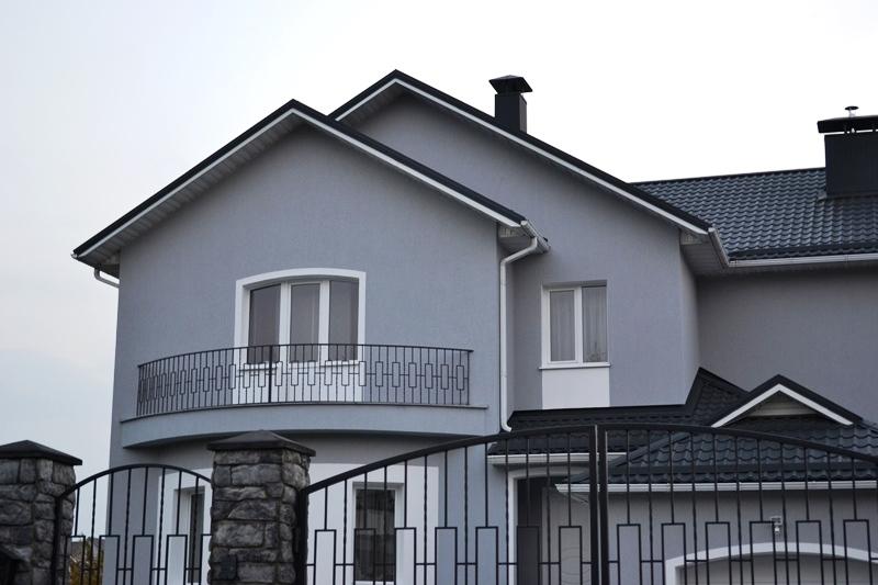 Отделка фасада частного дома декоративной штукатуркой