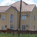 Большой дом с фасадом с маленькими окнами