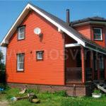 Большой дом с красивым фасадом с маленькими окнами