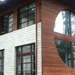 Деревянные круглые окна фасада