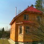 Деревянный фасад дома с трехскатной практичной крышей