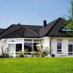 Дом, оформленный с белым фасадом