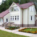 Дом с белым фасадом