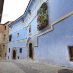 Дом с фасадом голубого цвета