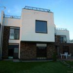 Дом с фасадом плоской крышей