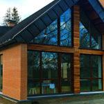 Дом с фасадом с треугольными окнами