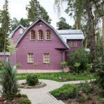 Дом с фиолетовым фасадом