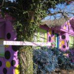 Дом с фиолетовым красивыым фасадом