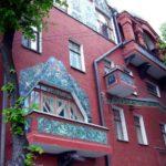 Дом с фиолетовым практичным фасадом