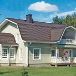Дом с красивым фасадом, имеющим трехскатную крышу