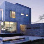 Дом с красивым фасадом в синем цвете