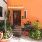 Дом с красивым оранжевым фасадом