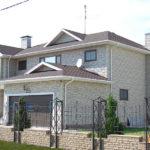 Дом с облицованными панелями белого цвета