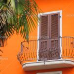 Дом с оранжевым фасадом