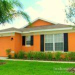 Дом с привлекательным оранжевым фасадом