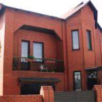 Дом, созданный с красным фасадом
