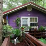 Дом, выполеннный с фиолетовым фасадом