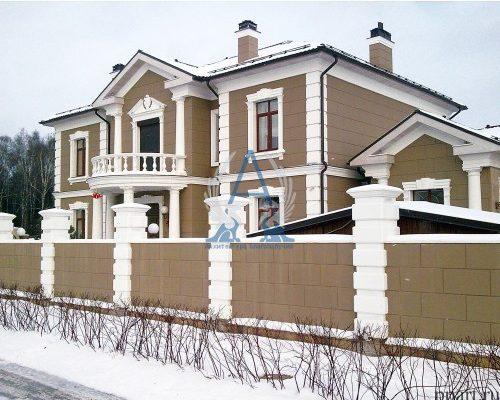 Фасад частного современного дома с балконом
