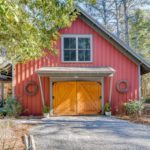 Фасад дома бордового цвета