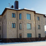 Фасад дома с облицовкой бежевого цвета